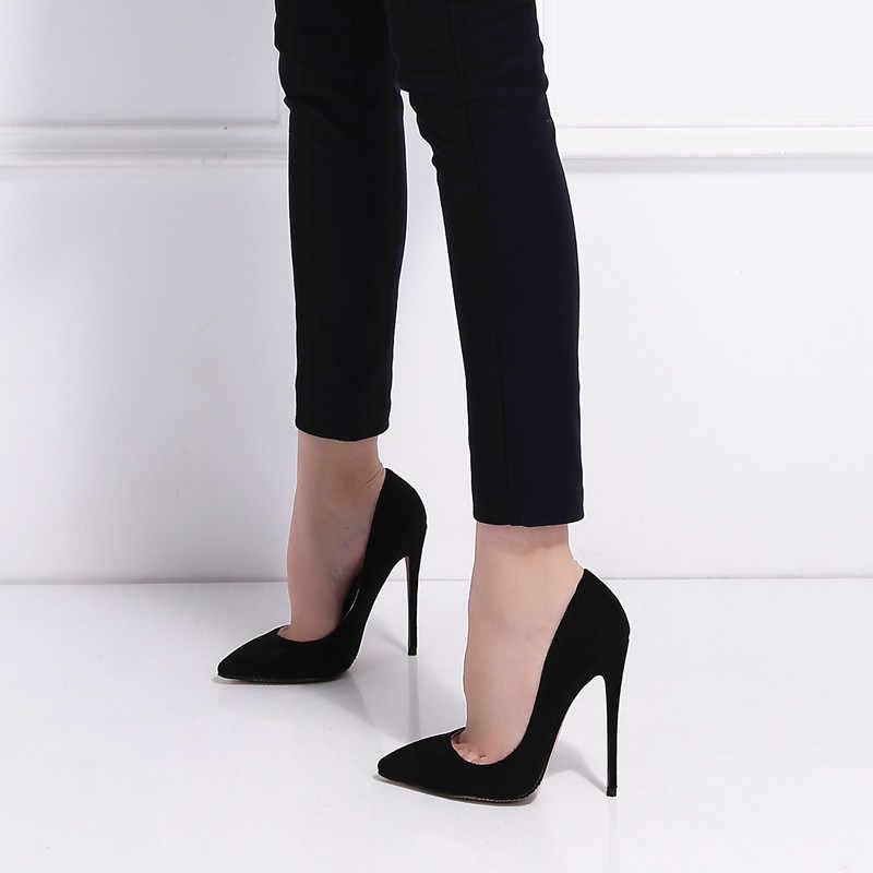 Открытые замшевые туфли гармоничны с узкими брюками
