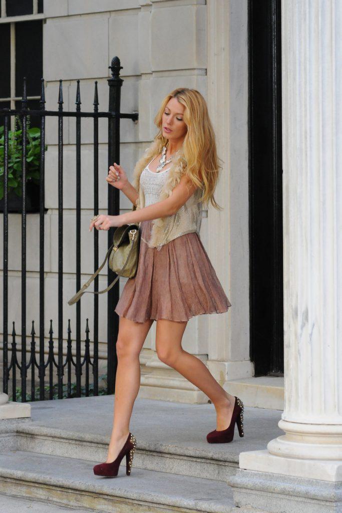 Прекрасный тандем создают открытые туфли из замши с просторными юбками