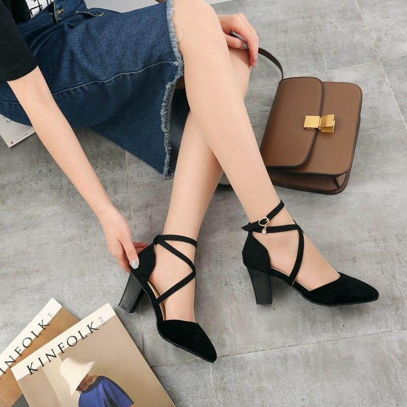 Замшевые туфли с ремешком органично сочетаются с джинсовой юбкой