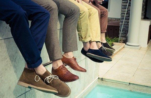 Замшевые мужские туфли носят со светлыми брюками