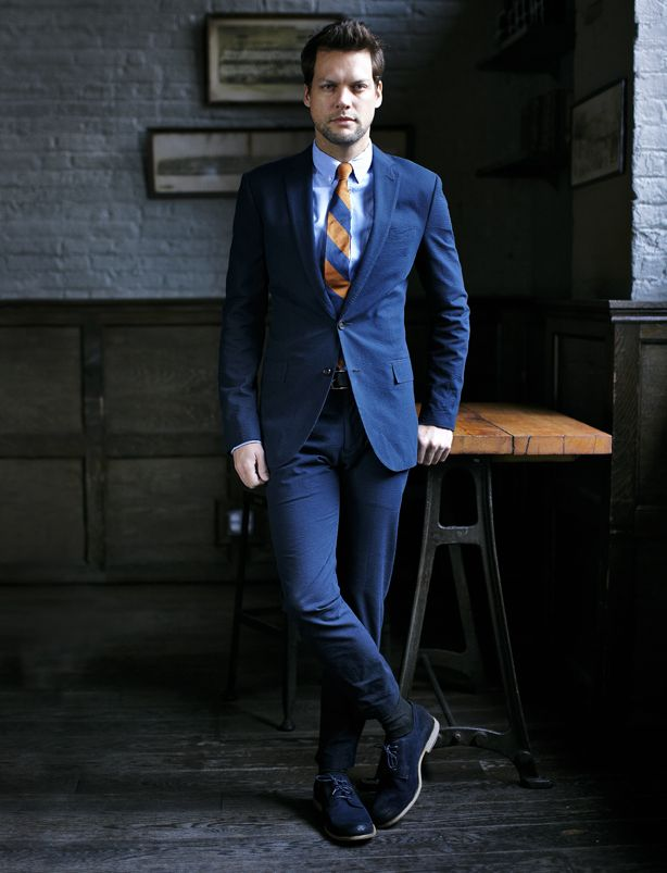 Туфли из замши для мужчин в темных тонах гармоничны с деловыми костюмами