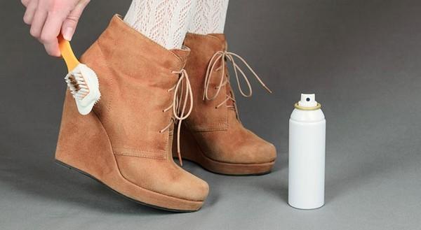 Замшевая обувь требует особого ухода – обработки специальным спреем и щеткой
