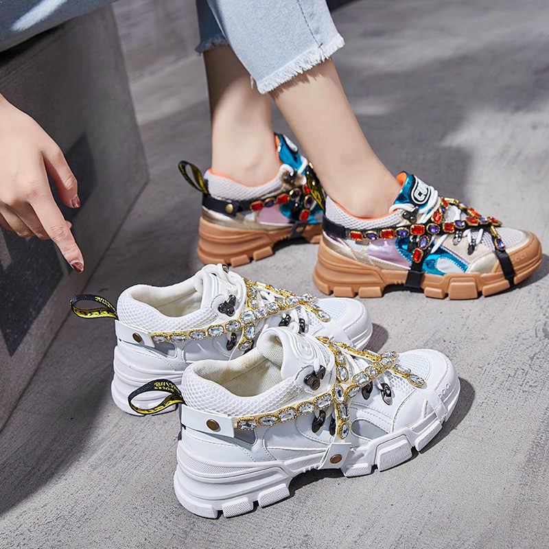 Массивные кроссовки - необходимый атрибут модной весны.