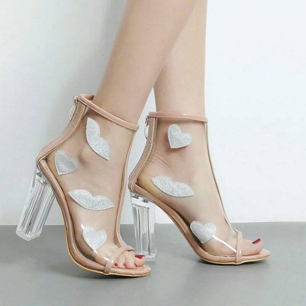 Прозрачные ботинки не останутся незамеченными и не скроют красоту ножки.