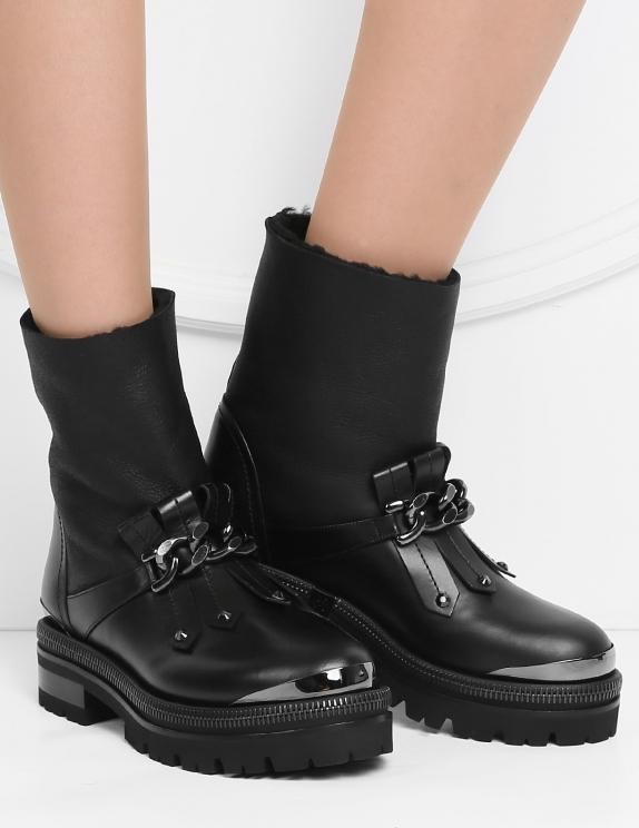 Грубые ботинки без жесткой формы отлично подчеркивают женственность.