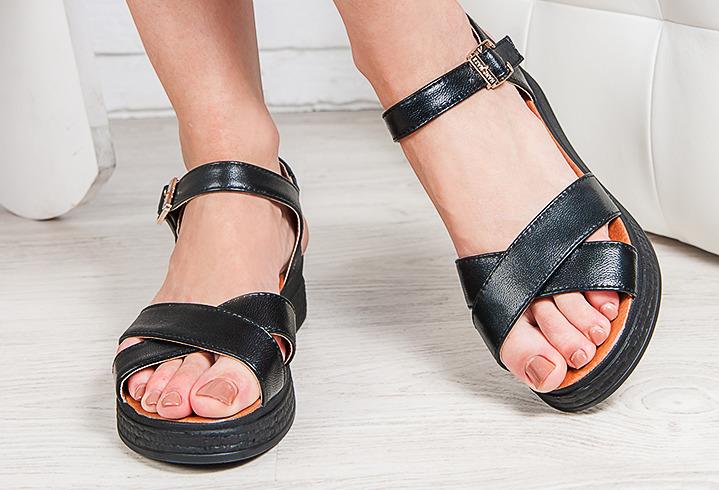 Лаковые сандали могут иметь классическую форму, но за счет интересного материала выглядят довольно броско и привлекательно
