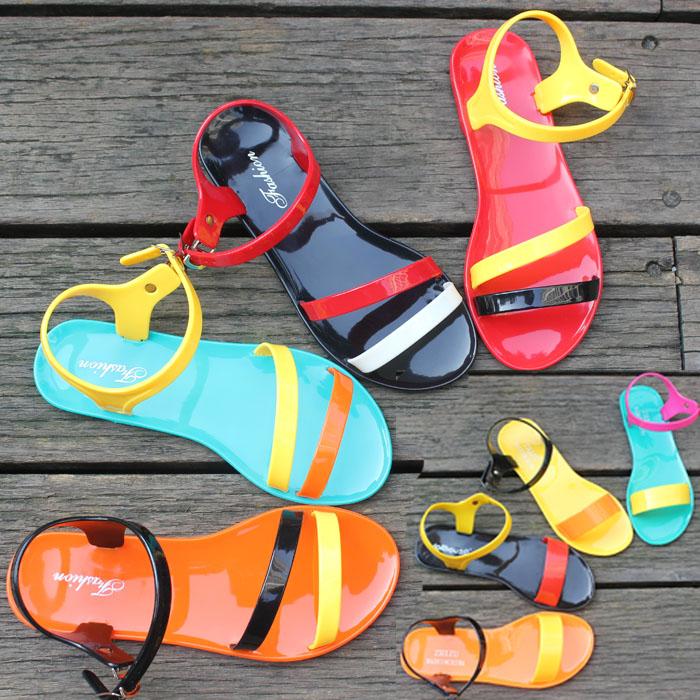 Цвета летней обуви могут быть самыми разными, при этом вся она смотрится актуально для нынешнего сезона
