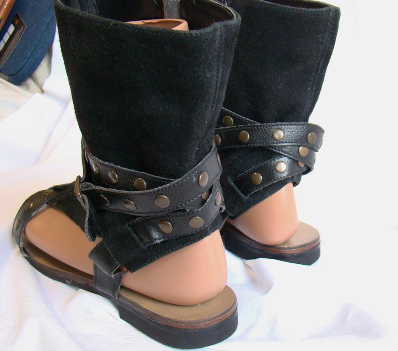 Высокие сандалии из замши, которые не только выглядят довольно неординарно, но при этом имеют комфортную посадку