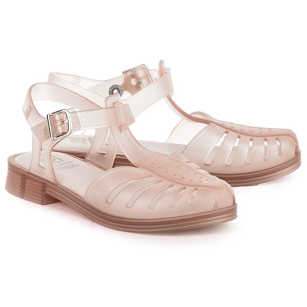 Варианты резиновой обуви невероятно разнообразны, создаются даже утонченные модели, которые отлично сочетаются с платьями, сарафанами и другой летней одеждой