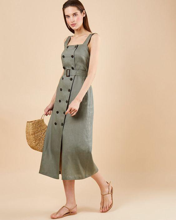 Миди платье-рубашка цвета хаки с пуговицами сочетается с нюдовыми босоножками в стиле минимализм и веревочной сумкой.