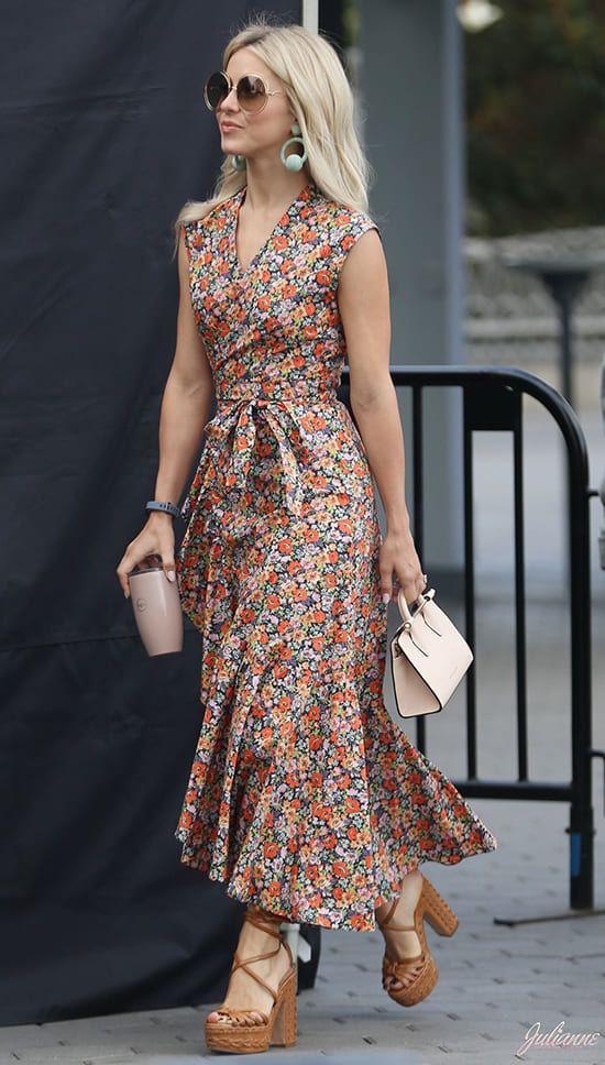 Платье-миди в стиле бохо отлично сочетается с коричневыми босоножками на толстом массивном каблуке с переплатами. Образ дополнен маленькой сумкой и очками.