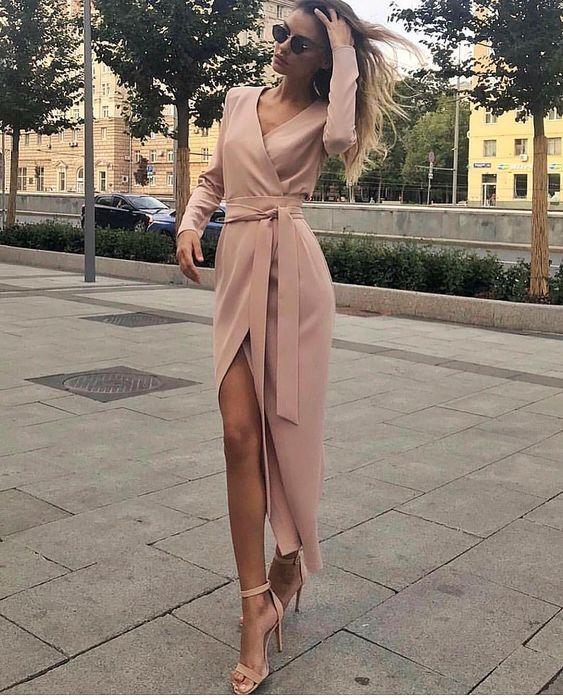 Нежно-розовое платье-футляр с разрезом длины макси хорошо смотрится с бежевыми босоножками на высоком каблуке с закрытой пяткой.