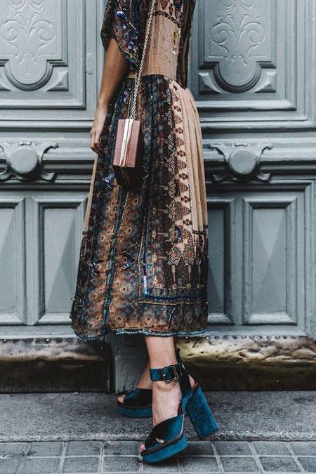 Платье-миди с нашивками и узором отлично сочетается с замшевыми босоножками на танкетке с ремешками изумрудного цвета.