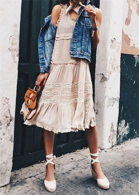 Легкое бежевое платье с воланами, джинсовая куртка, маленькая сумочка и белые босоножки на танкетке с закрытым носком и атласными ленточками.