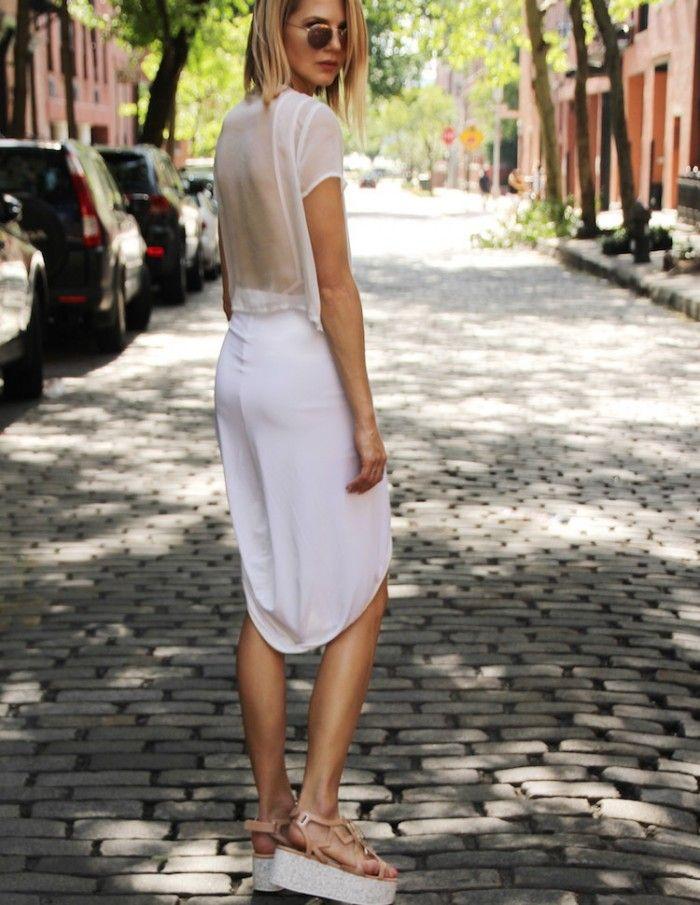 Изысканный белый лук с пастельными босоножками.