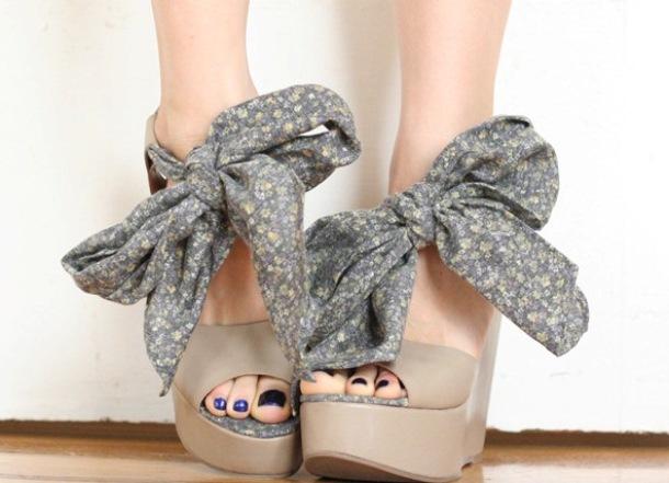 Эффектный декор в виде объемных завязок придаст обуви утонченности.