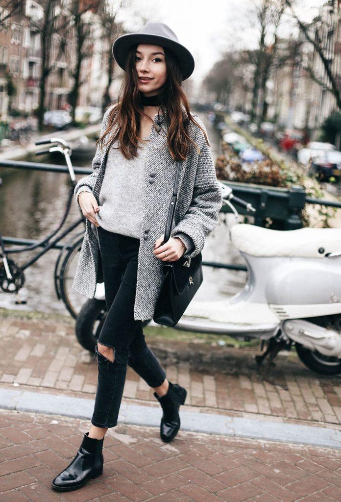Рваные джинсы, шляпка и ботинки челси - идеальный элегантный лук для модницы.