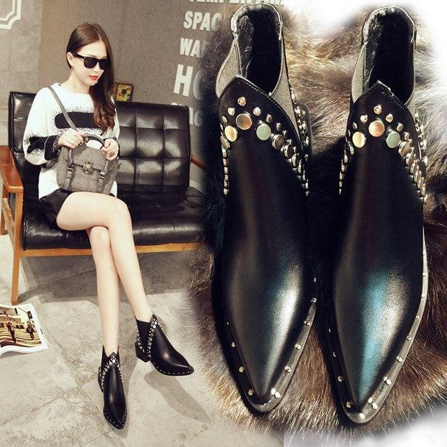 Дизайнерский вариант современных женских ботинок челси.