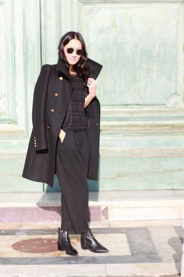 Ботинки челси прекрасно дополнят строгий черный лук в полуделовом стиле.