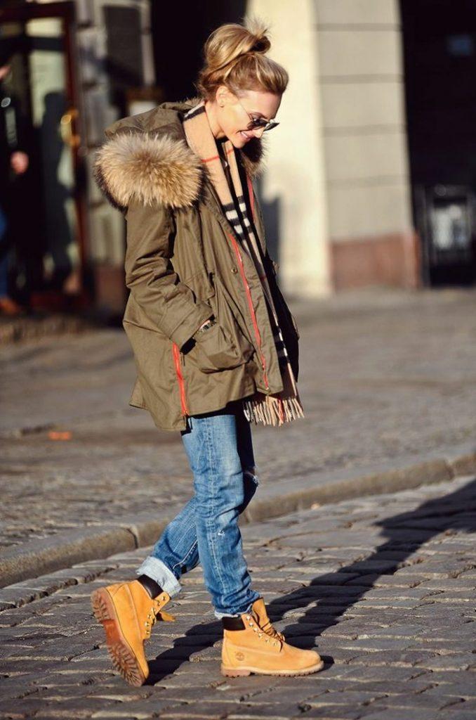 Бойфренды и горчичные ботинки - отличная основа для повседневных образов.