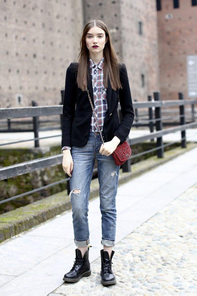 Элегантный лук с джинсами и классическими ботинками на шнуровке.