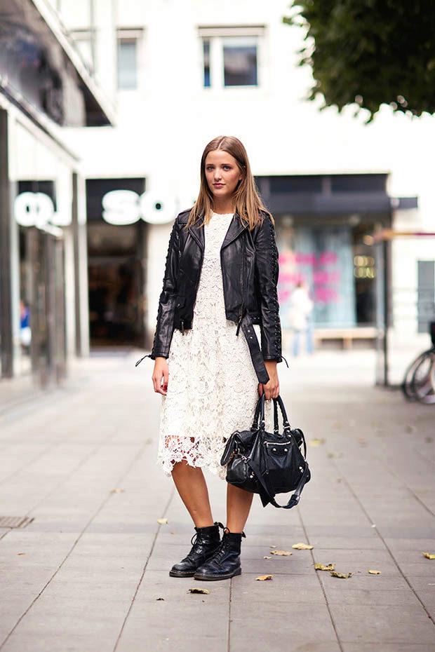 Монохромный образ с черными ботинками и кружевным платьем смотрится сногсшибательно.