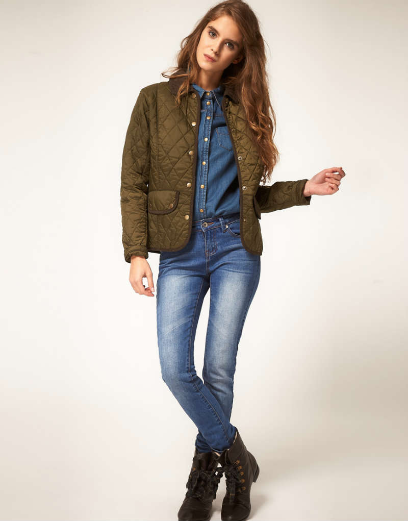 Ботинки на низком ходу прекрасно вписываются в повседневные ансамбли с джинсами.
