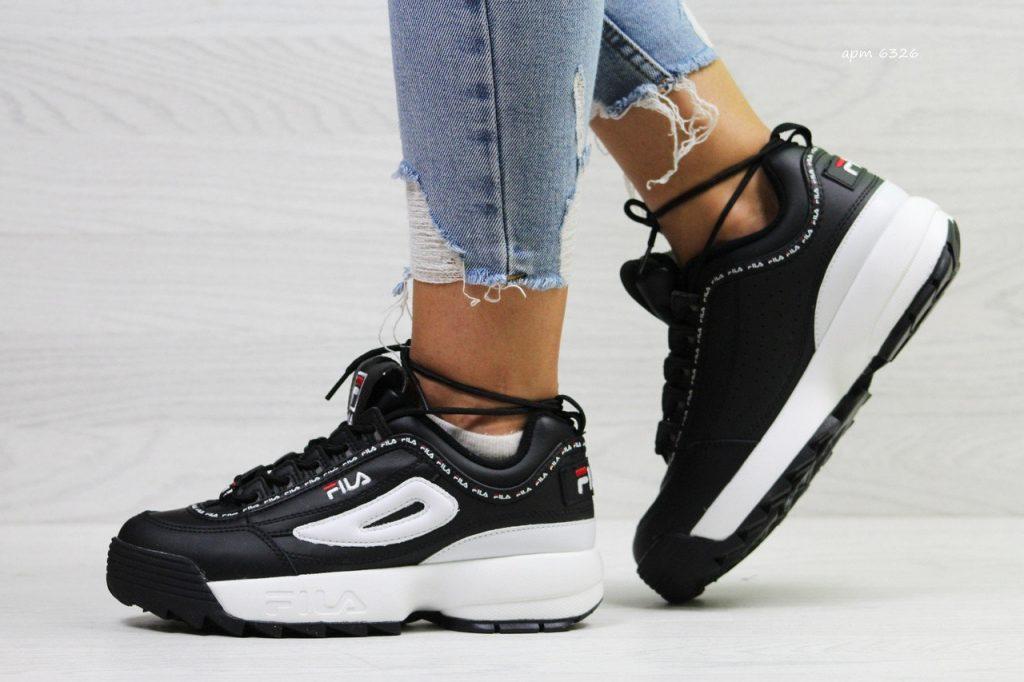 Эффектное черно-белое сочетание в спортивной обуви актуально как никогда.