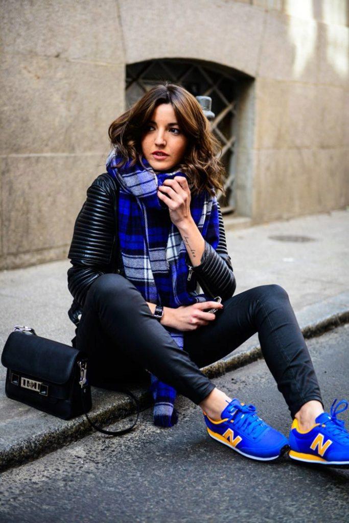 Эффектные синие кроссовки оживят лук, придав ему выразительности и красок.