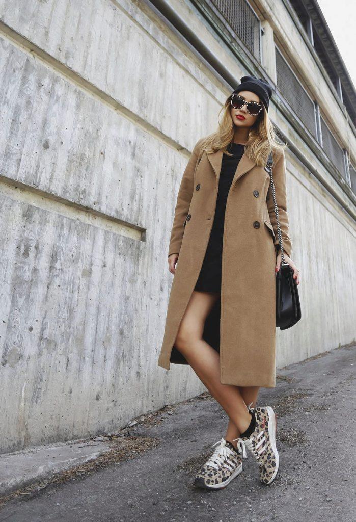 Анималистичный принт кроссовок добавляет очарования образу с платьем мини и классическим пальто.