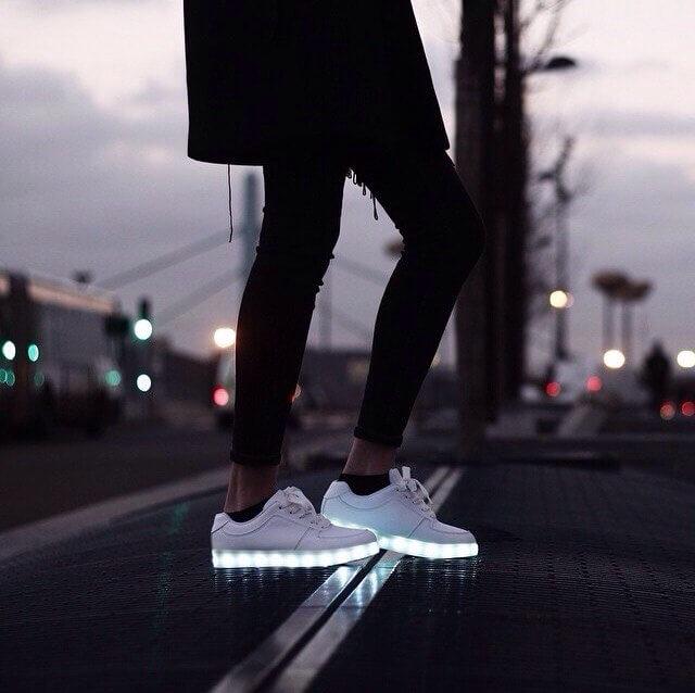 Эффектнее всего кроссовки с подсветкой смотрятся в комплекте с черными узкими брюками.