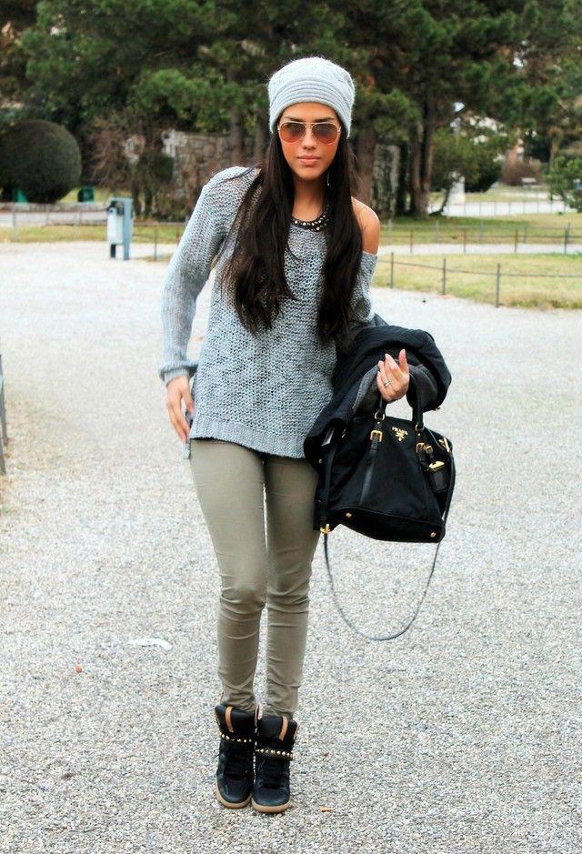 Высокие черные кроссовки отлично впишутся в осенний лук с узкими брюками.