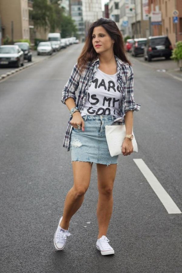 Низкие белые кеды отлично смотрятся с джинсовой юбкой мини и рубашкой.