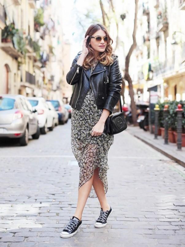 Низкие черные кеды и легкое летнее платье - отличная пара для настоящей модницы.