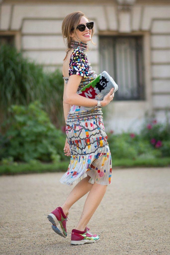 Воздушное летнее платье прекрасно смотрится в сочетании с яркими кроссовками.