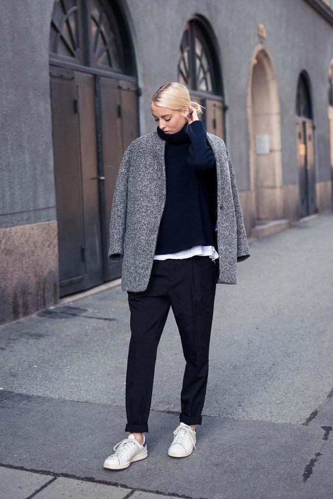 Черно-белый дуэт брюк и кроссовок всегда беспроигрышен в женском гардеробе.