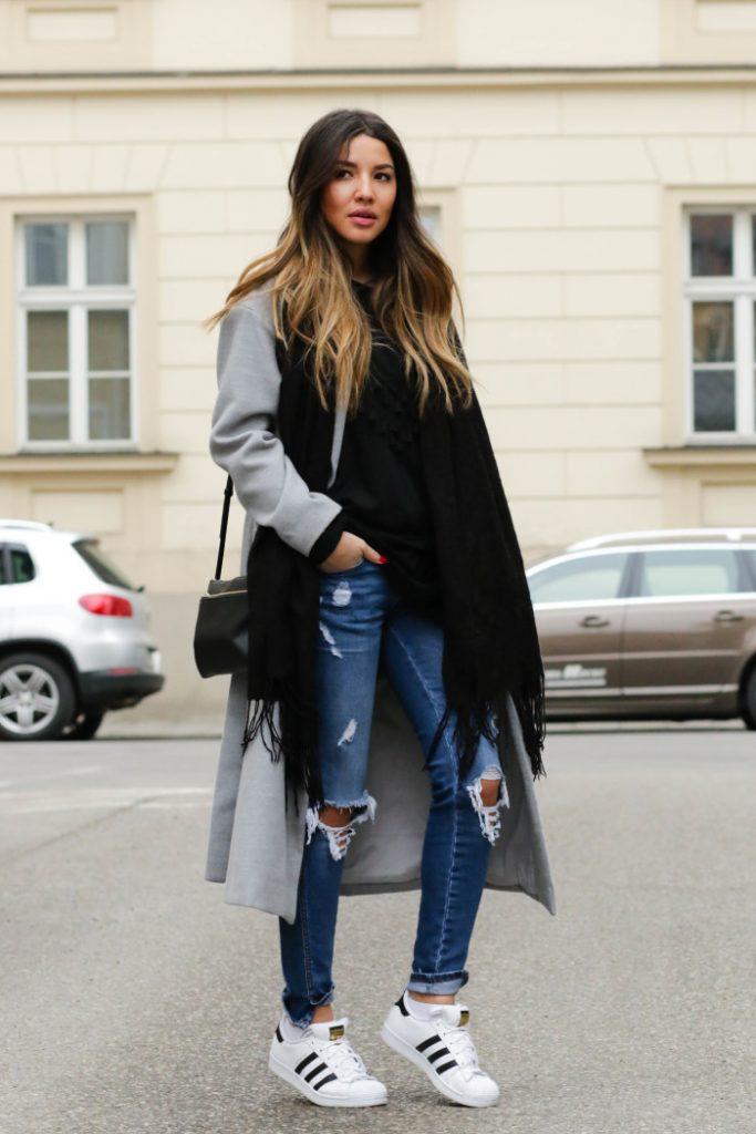 Легкое серое пальто приобретет особенный лоск в сочетании с классическими кедами.
