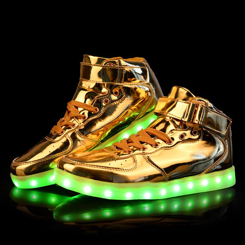 Необычная модель кроссовок с подсветкой - тренд сезона.