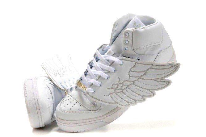 Крылатые высокие кроссовки станут изюминкой любого лука.