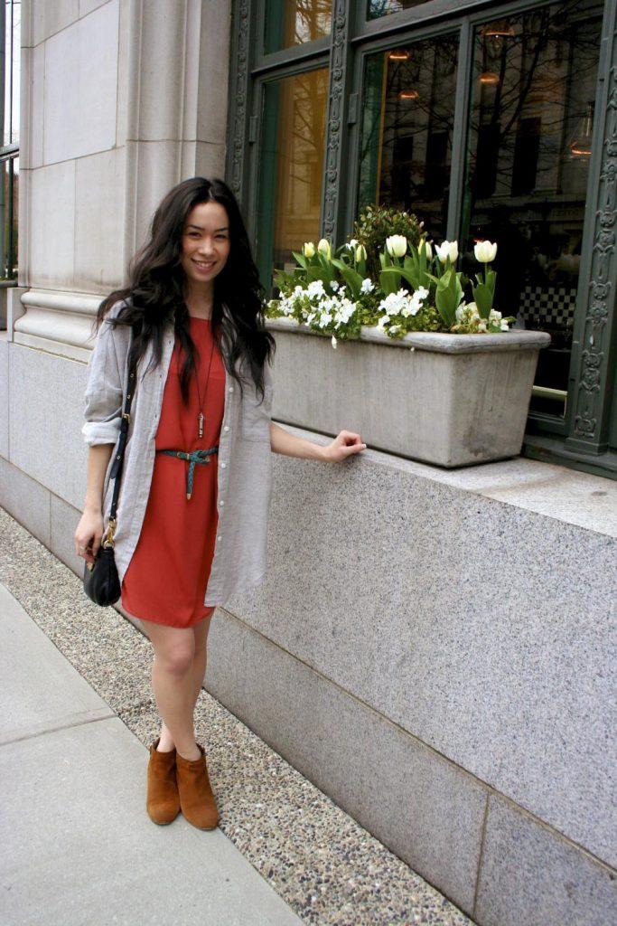 Ботинки теплого рыжего оттенка добавляют луку яркости и цветовой законченности.