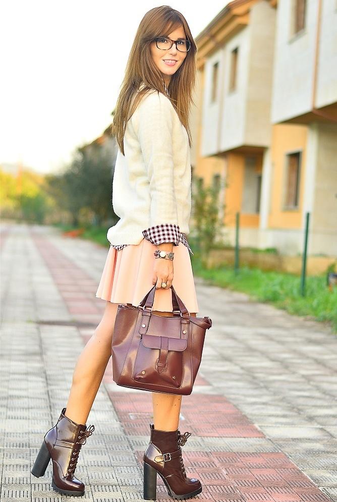 Ботинки с элементами лака прекрасно дополнят светлый, женственный образ.