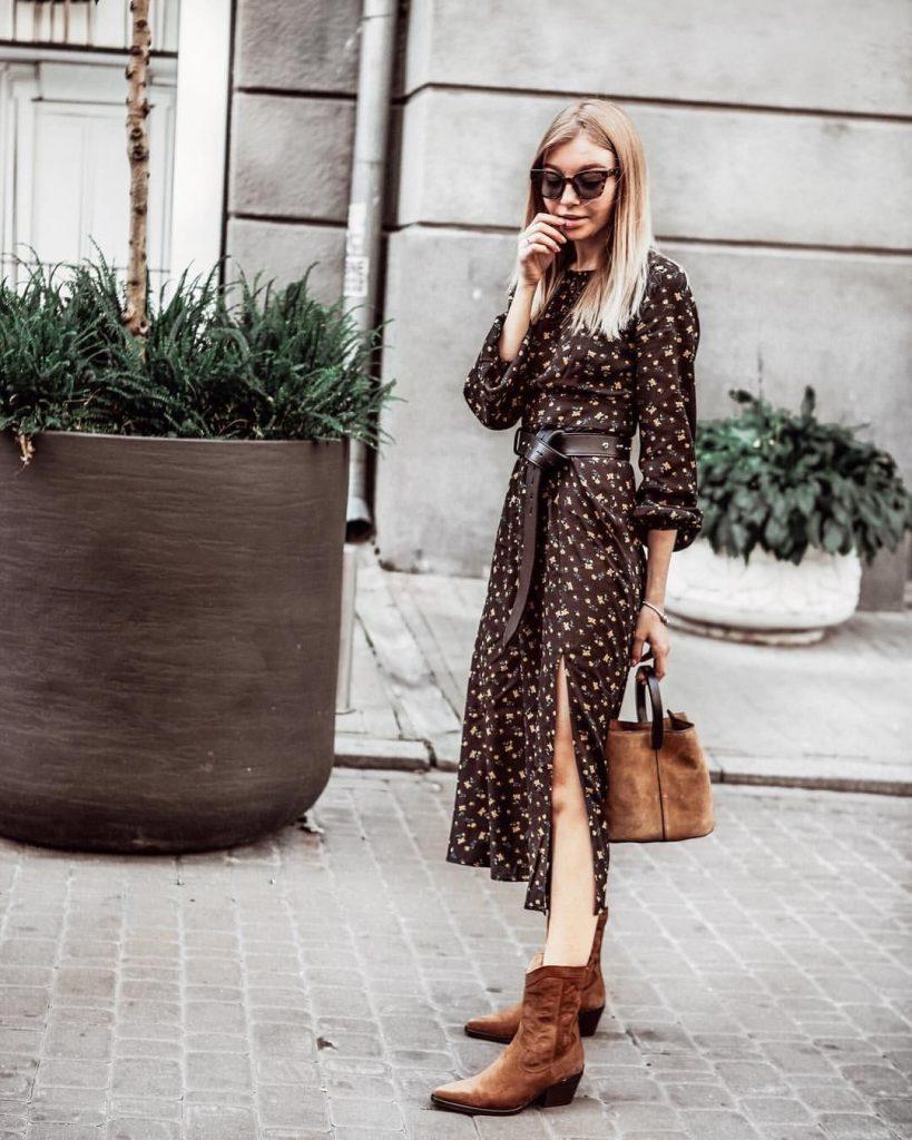 Замшевые ботинки отлично смотрятся с платьем-миди с мелким цветочным принтом.