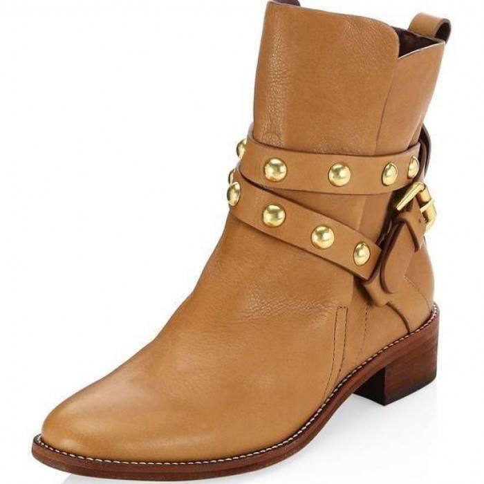 Кожаные коричневые ботинки всегда актуальны в женском луке.