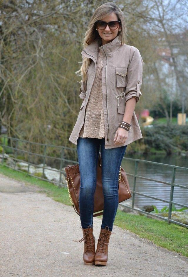 Изысканный прогулочный образ с ботинками на каблуке и джинсами.