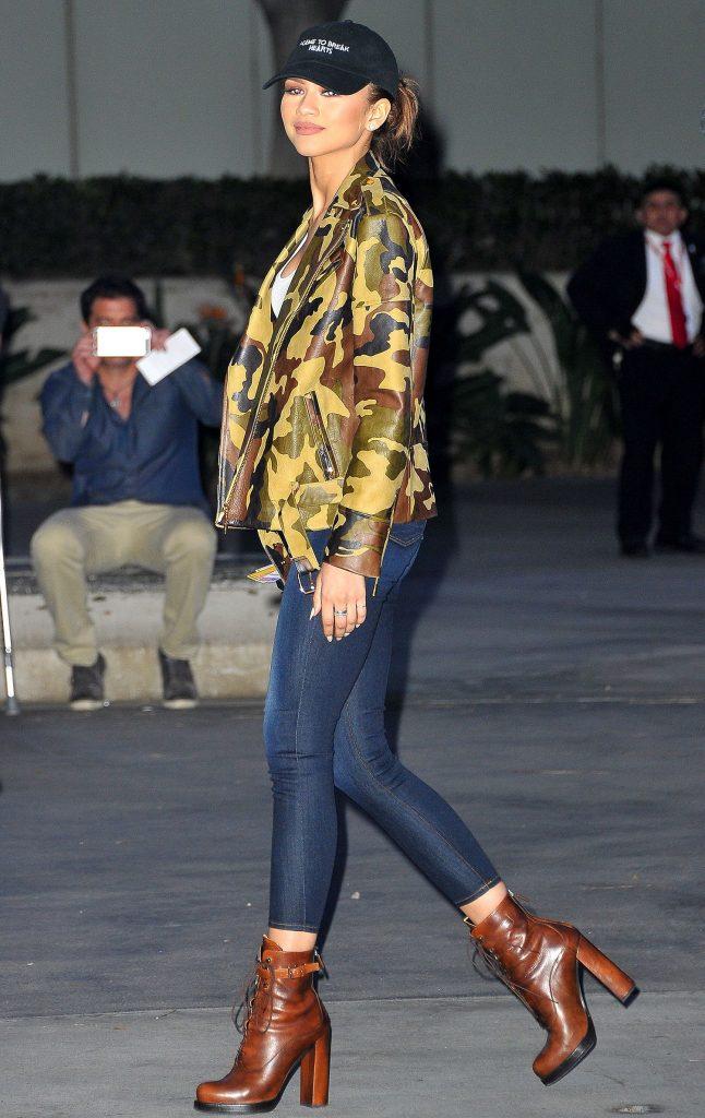 Эффектный лук с коричневыми ботинками для модного выхода.