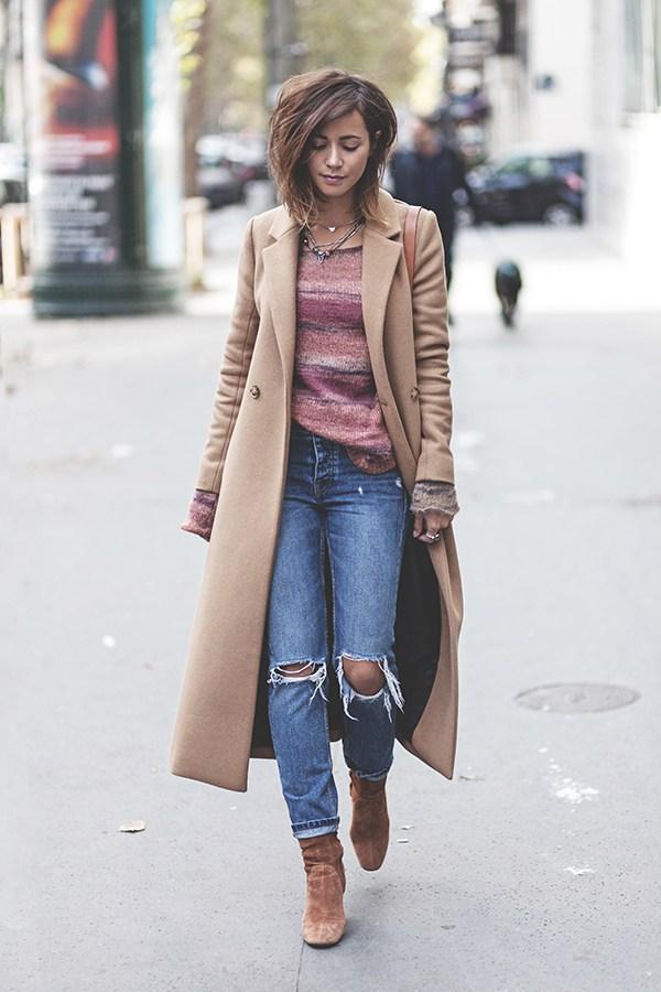 Изысканный лук с коричнево-бежевыми ботинками в тон пальто.