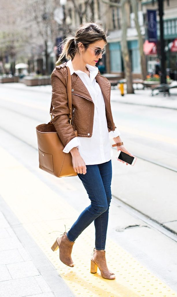 Привлекательный повседневный лук смотрится великолепно в сочетании с ботинками с открытым носом в тон куртке.