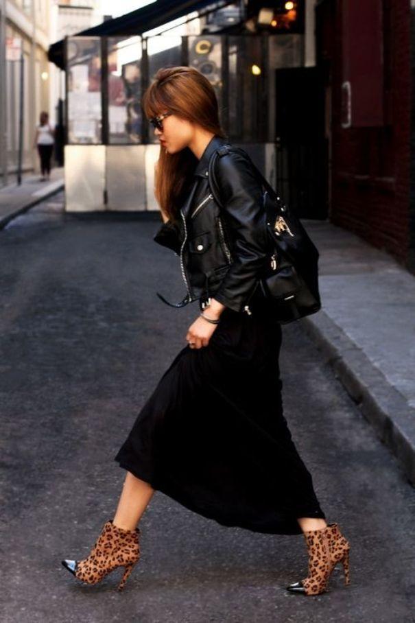 Эффектный черный лук с коричневыми ботинками, декорированными звериным принтом.