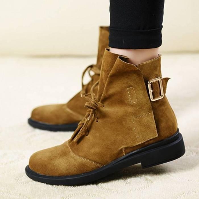 Необычный фасон и элегантность замши сделают коричневые ботинки эффектною изюминкой лука.