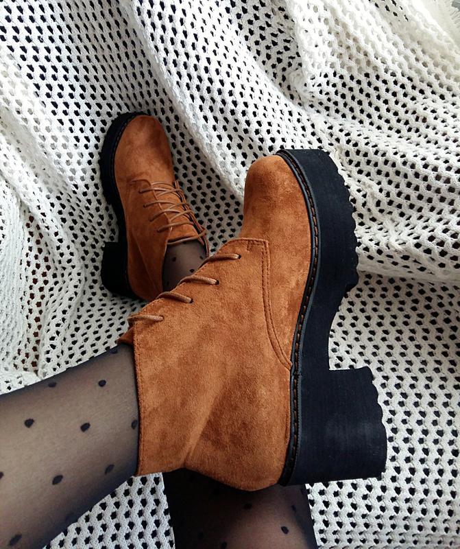 Коричневые ботинки из велюровой замши смотрятся элегантно и очень эффектно.